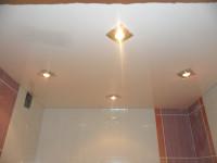 Натяжной потолок глянцевый белый в ванной, фото 20