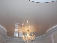 Натяжной потолок глянцевый светло-серый в составе гипсокартонной конструкции, фото 54