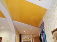 Натяжной потолок глянцевый яично-желтый в составе гипсокартонной конструкции, фото 57