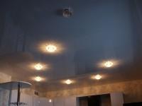 Натяжной потолок глянцевый светлый серый на кухне, фото 78