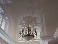 Натяжной потолок глянцевый бежевый в составе гипсокартонной конструкции (гостиная), фото 82
