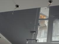 Натяжной потолок глянцевый серебристо-серый в гостиной, фото 85