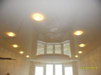 Натяжной потолок глянцевый светлого оттенка в гостиной, фото 8