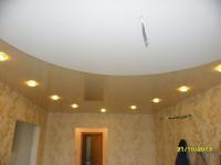 Натяжной потолок глянцевый светлого оттенка в гостиной, фото 7