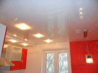 Натяжной потолок глянцевый белый на кухне, фото 26